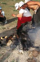 Photo: 03339 ナムジ家/ヤギ石焼料理準備/ボードック/首から下の皮を筒状に剥いだ中に解体した肉と焼石を詰めもどして、外側から火で焼く