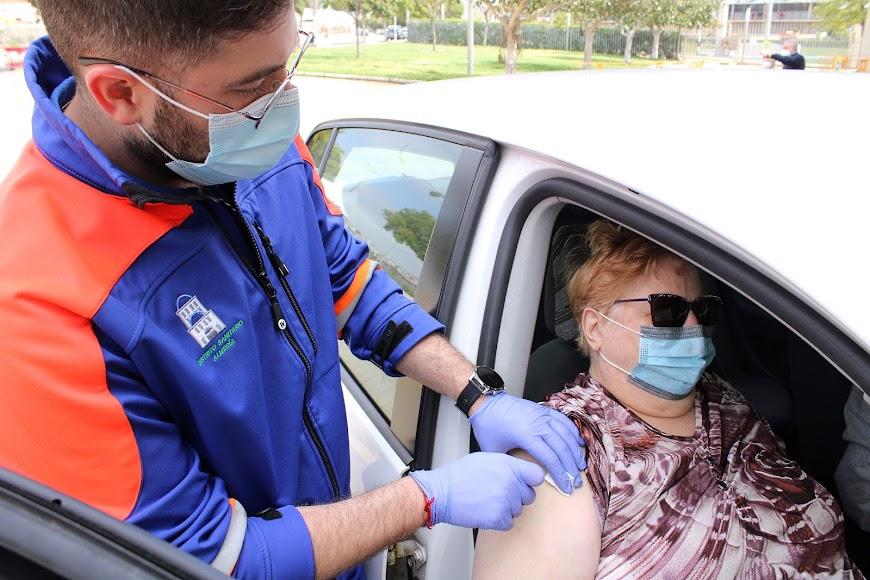 El enfermero inoculando la vacuna.
