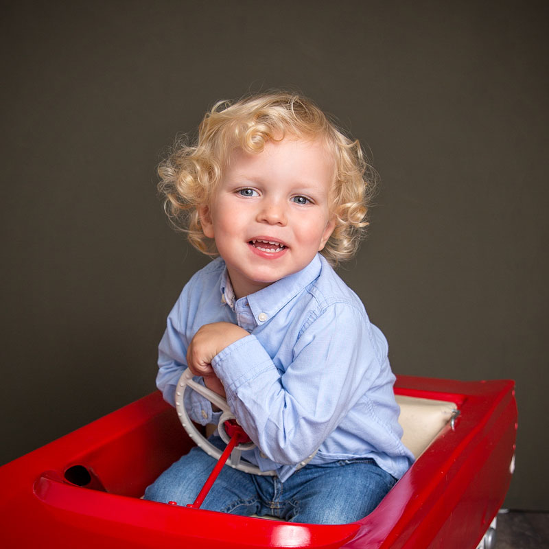 Ein blonder Junge bei einem Fotoshooting in Heidelberg.