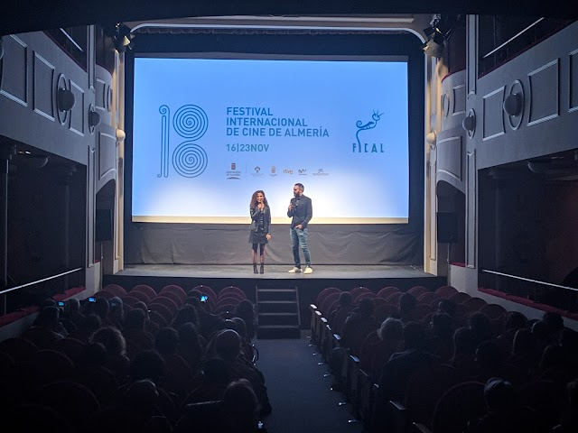 Marta Benavides junto a David Martos en la presentación del documental en el Apolo.