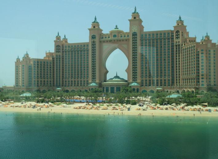 Готель на створеній вручну пальмі-острові Palm Jumeirah