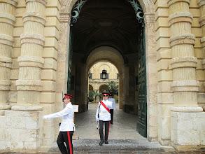 Photo: 243 La Valette, palais présidentiel & chambre députés, relève garde, arrivée