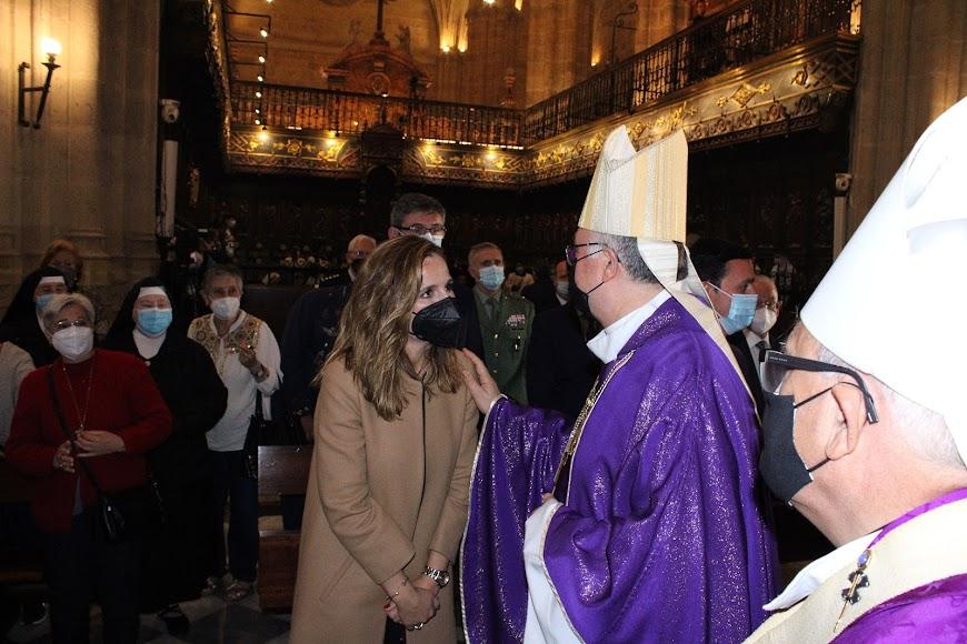 La subdelegada de Gobierno de la Junta siendo saludada por el obispo Antonio Gómez.