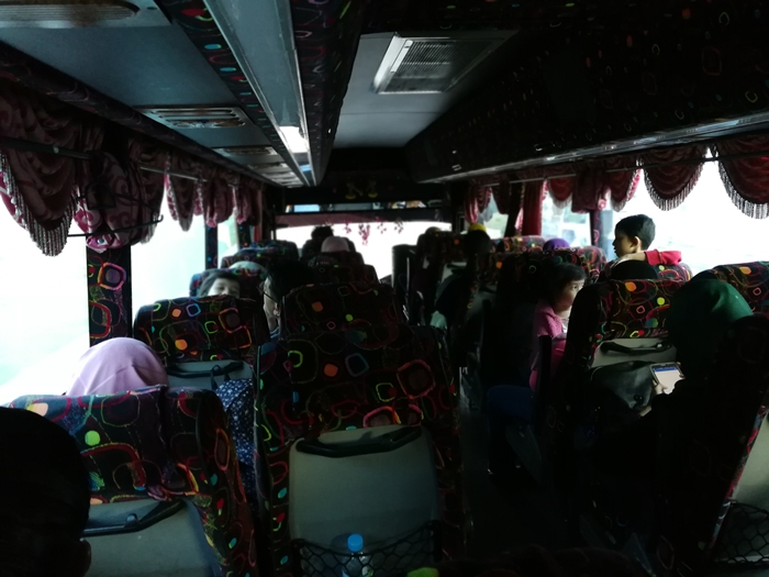 Suasana dalam bas perjalanan ke Pulau Pinang.