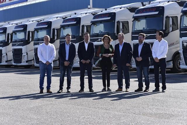 La líder de la oposición junto a autoridades y vehículos de J. Cano.