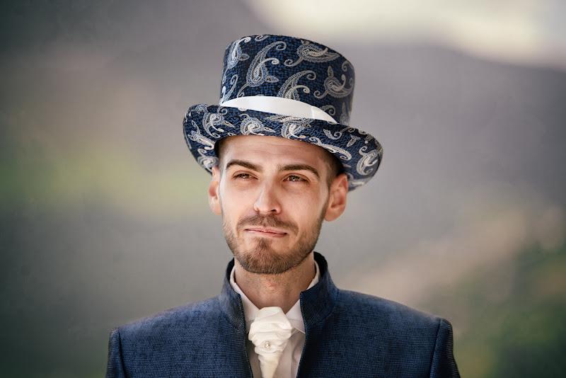 ha il cilindro per cappello... di bi