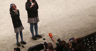 Las niñas de San Ildefonso cantando un quinto premio.