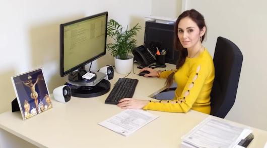 La concejal de Vox Rosa María Martín, en su despacho, en una imagen de Vox El Ejido.