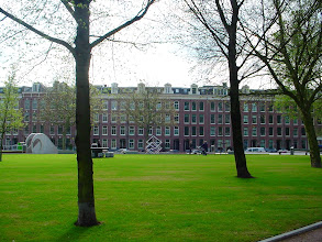 Photo: Dit eind-19e-eeuwse revolutiebouwblok aan de Marnixstraat werd in 1998 door bewonersactie van de sloop gered. In 2005 werd een ingrijpende renovatie afgerond.