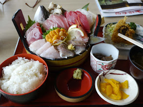 Photo: 市場食堂の刺し盛り定食、1550円。