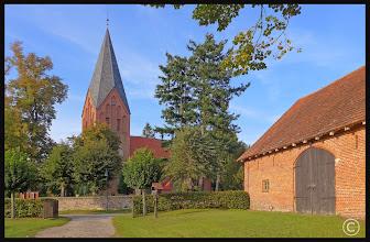 Photo: Neugotische Kirche in Jabel wurde im Jahre 1868 auf den Grundmauern des Vorgängerbaus errichtet. Die beiden Turmuntergeschosse und die Sakristei, die von einem Kreuzrippengewölbe überspannt ist, stammen noch vom Vorgängerbau. Der Mecklenburgische Dichterfürst Fritz Reuter erholte sich nach einer Gefängnisstrafe in diesem Dorf.