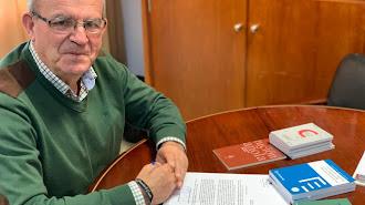 Antonio Bonilla, alcalde de Vícar realiza este gesto que coincide con el aniversario de la Constitución desde el año 1998.