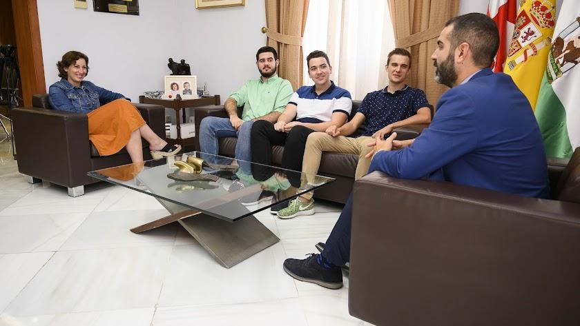 Fernández-Pacheco y Vázquez reciben a los tres emprendedores de la UAL.