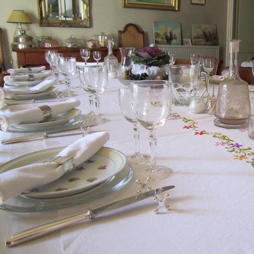 indoor-table-dressing-for-guest-dinners-at-hotel-and-inn-le-clos-de-la-garenne-17700-puyravault-in-poitou-charentes