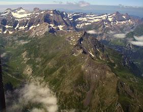 Photo: Hautes Pyrénées: vision aérienne sur les crêtes du pic Piméné 2801m qui séparent le cirque d'Estaubé à gauche de la vallée de Gavarnie à droite. En arriére plan de gauche à droite: le Mont Perdu 3355m, le Cylindre du Marboré 3335m, le Marboré 3250m et les pics Astazou, puis les crêtes du cirque de Gavarnie jusqu'au Taillon 3144m.