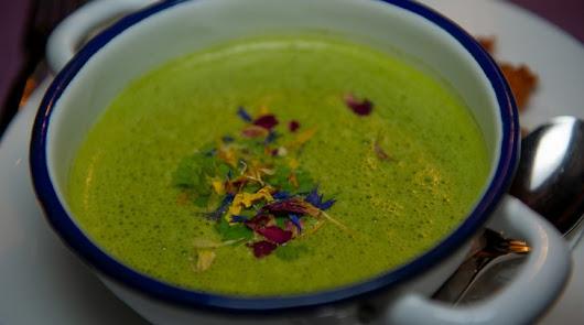 Sopa fría de melón con crujiente de jamón: el inicio de una cena perfecta
