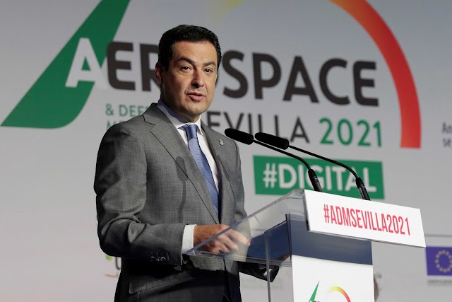 El presidente de la Junta de Andalucía, Juanma Moreno, ha inaugurado este miércoles en Sevilla el encuentro internacional aeronáutico ADM Sevilla.