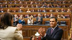 Pedro Sánchez aplaudido por sus ministros. (Foto: Congreso)