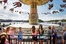 kinderen kijkend naar een zwierende carrousel