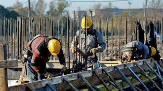 Imagen de archivo de trabajadores de la construcción.