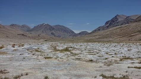 Mit Salzkruste überzogener Boden nahe des Pamir-Highway.