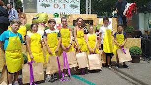 Los minichefs con sus nuevas adquisiciones y, de fondo Castillo de Tabernas, patrocinador del concurso desde su creación.