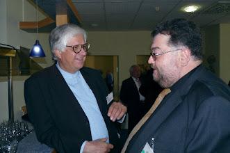 """Photo: Die Delegation des """"Neuen Merker"""" bei der """"Gottlob Frick-Gesellschaft in Ölbronn (2012). Dr. Klaus Billand diskutiert mit Matthias Kieselmann.  Foto: Elisabeth Freitag/Ölbronn"""
