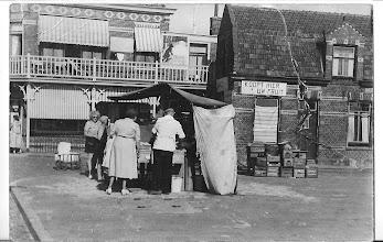 Photo: Op de achtergrond de groentewinkel van Stam ''daarvoor in1935'' hebben mijn ouders er een viswinkeltje gehad. Het zeil van de haringkar  was wel aan vervanging toe.