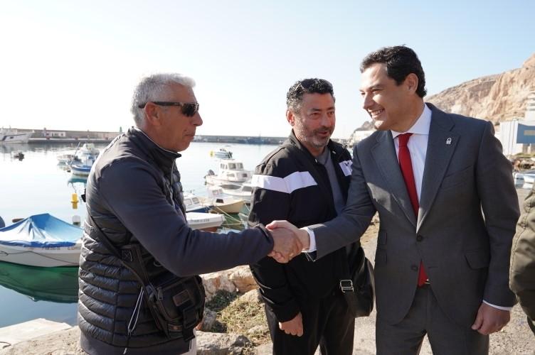 El presidente conversa con dos pescadores.