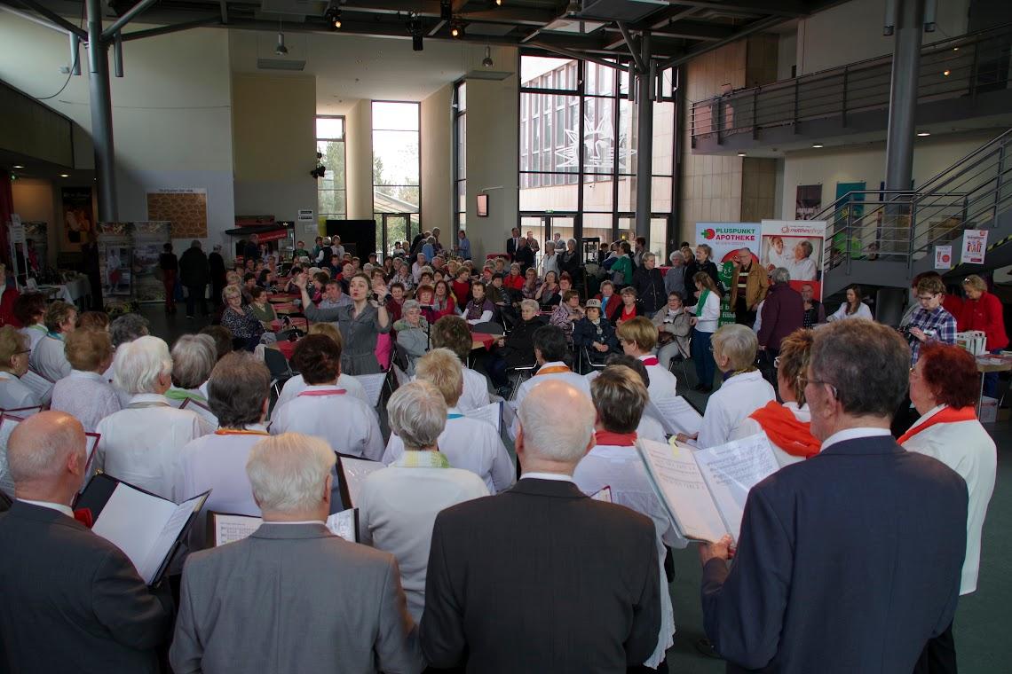 Bei einem Rahmenprogramm aus Tanz und Gesang ließ es sich das Publikum der Messe kurzweilig unterhalten. Foto: Andreas Schwarze (asc)