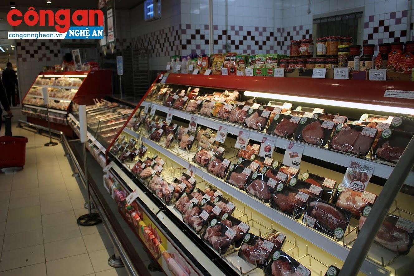 Gian hàng bán các loại thịt cũng đầy tủ
