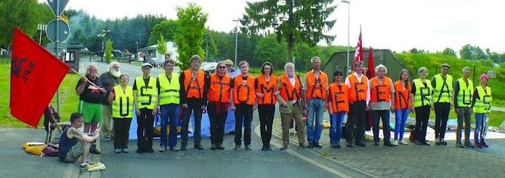 Gruppenbild: Friedensaktivisten mit beschrifteten Warnwesten (jeweils ein Buchstabe): «US-Atomwaffen raus».