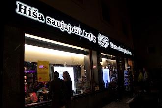 Photo: 18 knjigarn po vsej Sloveniji je odprtih vrat pričakalo bralce dolgo v noč, Hiša sanjajočih knjig na Trubarjevi v Ljubljani celo vso Noč knjige. (Foto Manca Čujež)