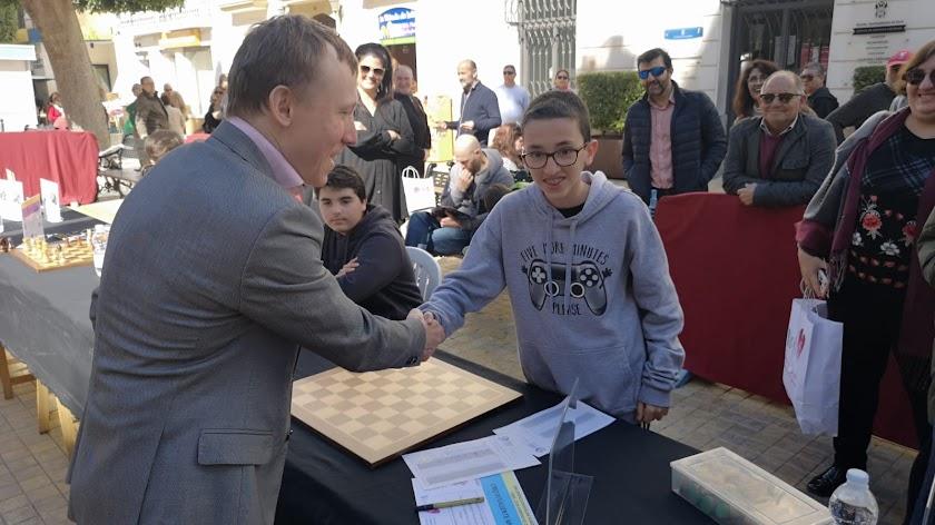 El campeón de ajedrez Ruslan Ponomáriov, en Vera