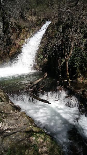 Salto de agua en fuente de azufre