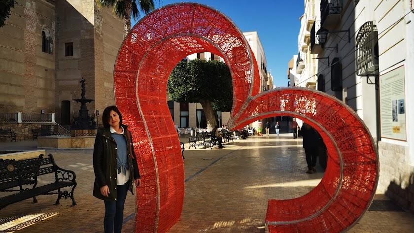 La Edil Ana Lourdes Ramírez, junto a uno de los corazones que adornan la ciudad.
