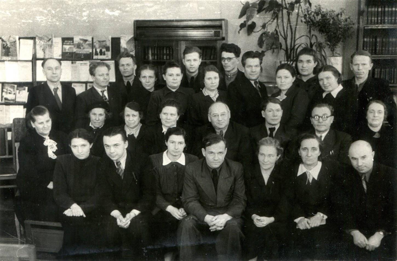 Группа аспирантов травников и сотрудников отдела полевого травосеяния. Тарковский М.И. стоит крайний слева, фото сделано в библиотеке ВИК, февраль 1954 года.