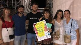 Las jóvenes durante el encuentor que mantuvieron con Rozalén (con el cartel) días atrás en Almería. Fuente: instagram
