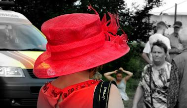 Photo: Hutwettbewerb in rot  http://www.onlyfree.de/generator/000/smilegenerator/text2schild.php?text=für%20Estelle%20Viele%20liebe%20Grüsse%20von%20Philipp&smilienummer=13&size=18&face=18thCentury.ttf&color=grün&schildbg=&border=orange