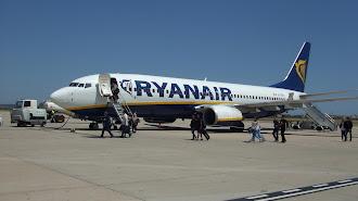 El primer vuelo internacional llega en un avión de Ryanair.