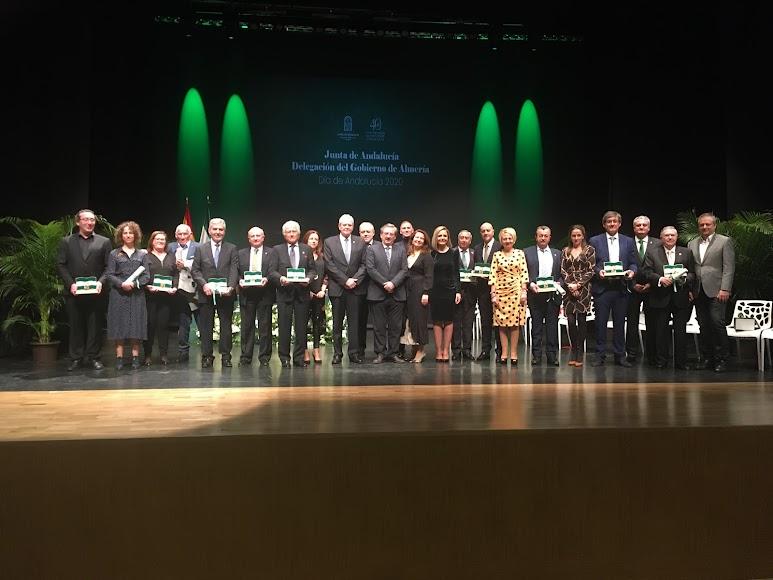 Foto en familia de los premiados y los diferentes representantes.
