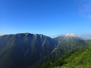 朝の蓮華岳(左)と針ノ木岳(右の雲の中)