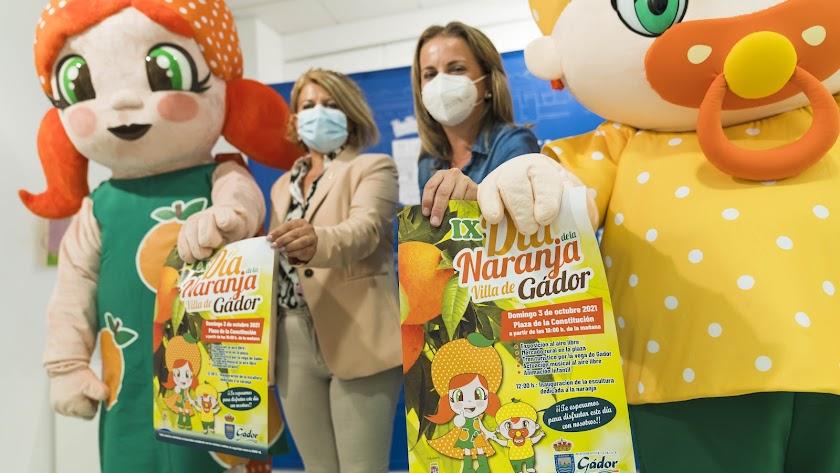 La diputada de Promoción Agroalimentaria, María Luisa Cruz, y la alcaldesa de Gádor, Lourdes Ramos, con Gadorina y Gadorín.