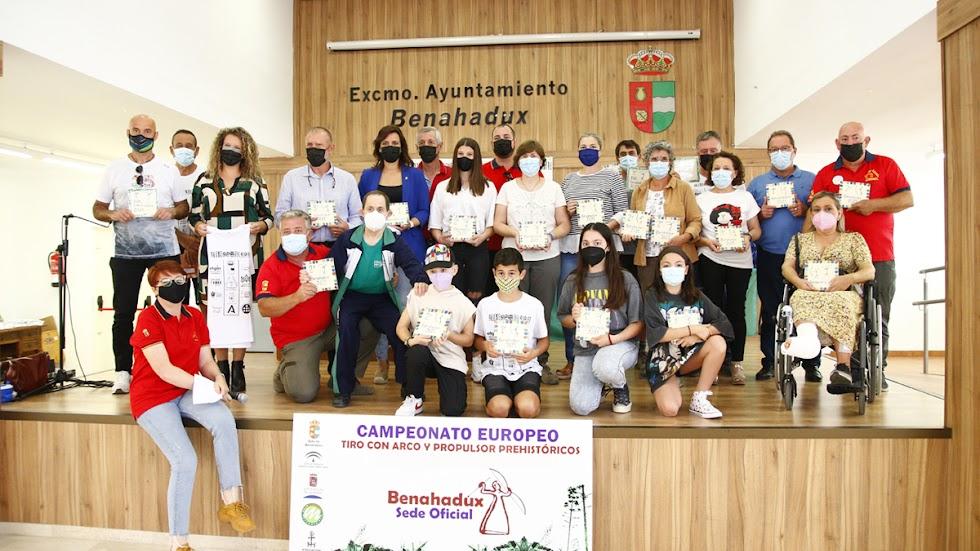 Foto de familia con autoridades y premiados.