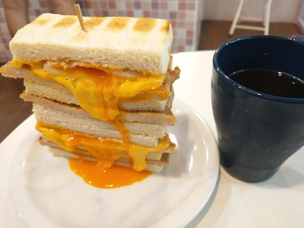 起司控跟蛋黃控會喜歡的早餐,可以吃很飽,但是吃到最後一口會有點膩,幸好有搭配茶類,整體而言是還不錯的