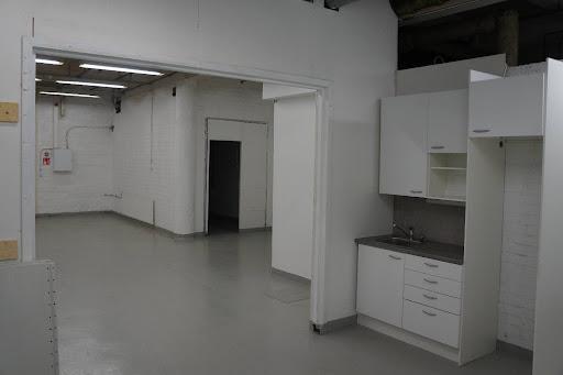 Monikäyttöinen juuri remontoitu katutasossa oleva tila, jossa myös omat sosiaalitilat. Vuokra 1050 €/kk (alv 0). Vuokra sisältää tilassa käytettävän sähkön, lämmön ja veden.