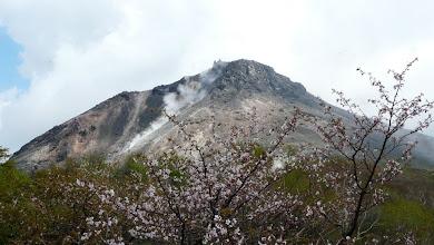 Photo: バックは茶臼岳と噴煙
