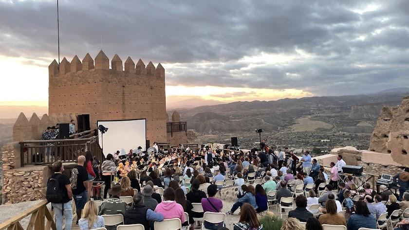 La gala ha contado con la actuación de la Agrupación Musical San Indalecio de La Cañada que han interpretado bandas sonoras de cine.
