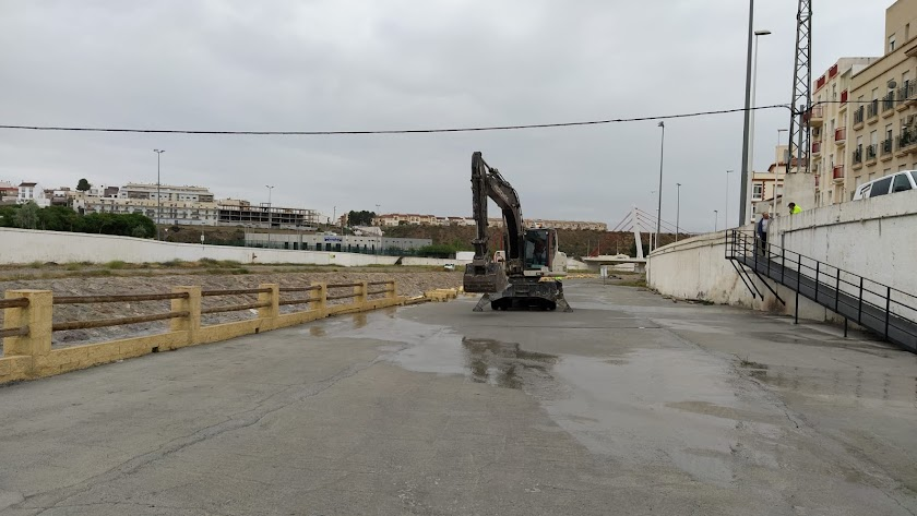 La máquina excavadora comienza el levantamiento del hormigonado de la rambla, esta mañana en Albox.