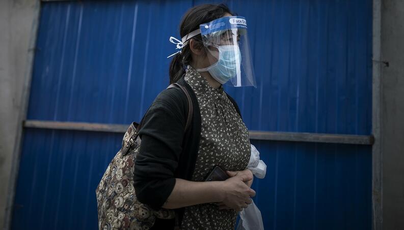 mujer usa mascara protectora cubrebocas wuhan china abril 25 2020 1221009628